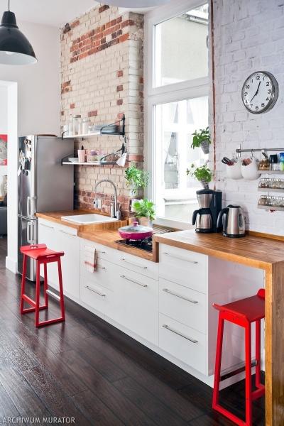 Ściany w kuchni wykończone cegłą