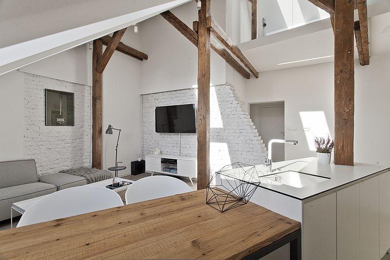 Jasny salon pod dachem. Pomysł na wnętrze z belkami i skosami