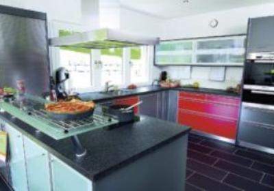 Szafki kuchenne, blaty, zlewozmywaki. Jak dobrać odpowiednie wyposażenie kuchenne i nie przepłacić?