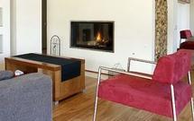 Jak urządzić pokój, w którym stanie kominek? Architekt podpowiada