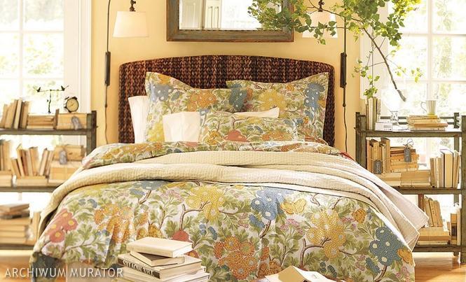 Łóżko z wiklinowym zagłówkiem