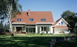 Lukarna czy okno dachowe - które lepsze na poddaszu użytkowym?