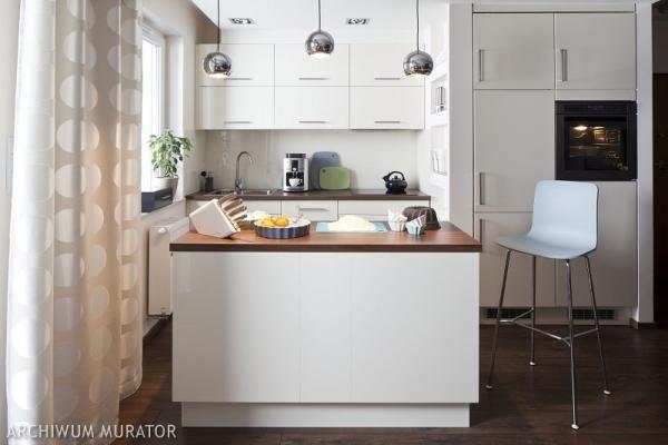 Biała kuchnia z wyspą Mimo zimnych kolorów, kuchnia w   -> Kuchnia Prowansalska Z Wyspą