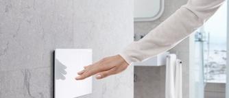 Nowoczesny przycisk spłukujący z podnośnikiem hydraulicznym. Estetycznie i komfortowo w łazience