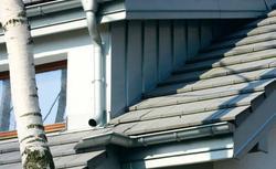 Instalujemy system rynnowy. Jak dopasować orynnowanie do dachu wielospadowego?