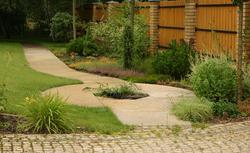 Estetyczne wykończenie powierzchni przy domu – aranżacje z kostką brukową. Najważniejsze cechy dobrej kostki