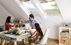Jadalnia i kuchnia w pomieszczeniu ze skosami