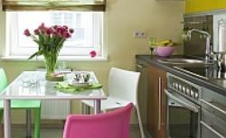 Kuchnia w kolorze różowym i zielonym