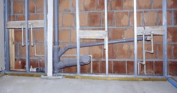 Uchwyty i mocowania instalacji kanalizacyjnej