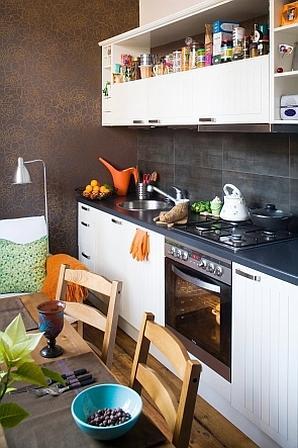 Brązowa tapeta w nowoczesnej kuchni