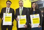 """<p>Sponsorzy otrzymali podziękowania od organizatorów konkursu - miesięcznika """"Murator"""". Od lewej: Benedykt Korduła (ISOVER), Janusz Komurkiewicz (FAKRO) i Lidia Misiuna (ROBEN).</p>"""